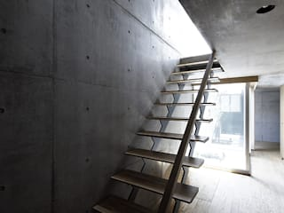 Modern Corridor, Hallway and Staircase by 株式会社廣田悟建築設計事務所 Modern