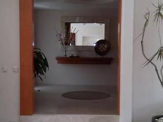 Modern corridor, hallway & stairs by D.I. Liliana López Zanatta Modern