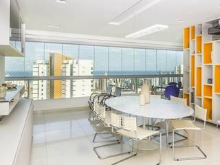 Residência T|R - VZ Arquitetas Lyssandro Silveira Modern dining room White