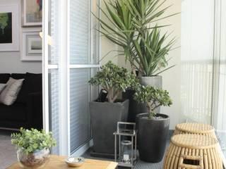 Balcones y terrazas de estilo moderno de Fernanda Moreira - DESIGN DE INTERIORES Moderno Bambú Verde