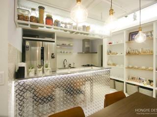 반짝이는 드레스룸과 대면형 주방인테리어_30py 모던스타일 주방 by 홍예디자인 모던