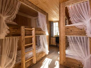 Спальня в рустикальном стиле от RH-Design Innenausbau, Möbel und Küchenbau Aarau Рустикальный Изделия из древесины Прозрачный