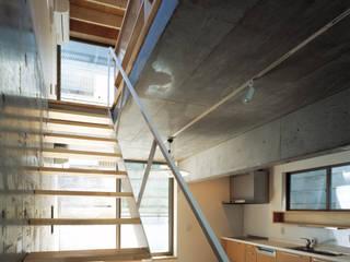 Salas de estar modernas por 桐山和広建築設計事務所 Moderno
