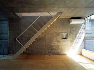 Modern Corridor, Hallway and Staircase by 桐山和広建築設計事務所 Modern