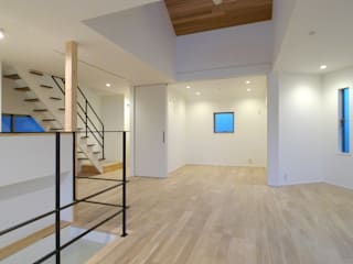 浅間台の家 OARK一級建築士事務所 モダンデザインの リビング 木目調