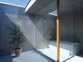 Baños de estilo moderno por 桐山和広建築設計事務所