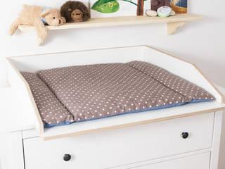 Hemnes Kommode von Ikea mit Wickelaufsatz VÄXLA:  Kinderzimmer von NSD New Swedish Design GmbH