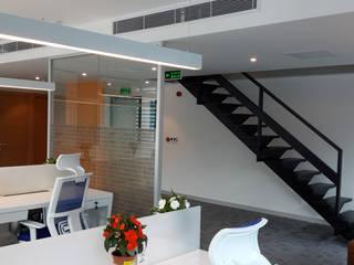 ATOLYE 25 MİMARLIK – Özel tasarım çelik merdiven, Alt kattaki çalışma alanları:  tarz