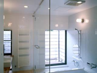 八幡町の家: 桐山和広建築設計事務所が手掛けた浴室です。,