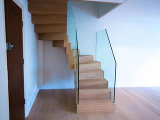 Zig Zag staircase with glass balustrade by Railing London Ltd Сучасний
