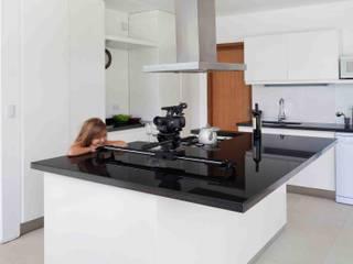 Casa Grand Bell: Cocinas de estilo moderno por Remy Arquitectos