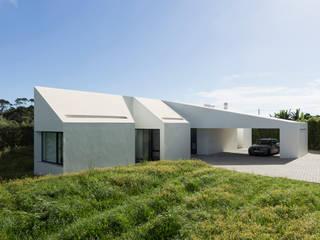 Casa Rosto do Cão: Corredores e halls de entrada  por Monteiro, Resendes & Sousa Arquitectos lda.