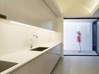 Rosto do Cão House Minimalist kitchen by Monteiro, Resendes & Sousa Arquitectos lda. Minimalist