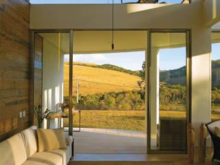 Moderne Wohnzimmer von Isabela Canaan Arquitetos e Associados Modern