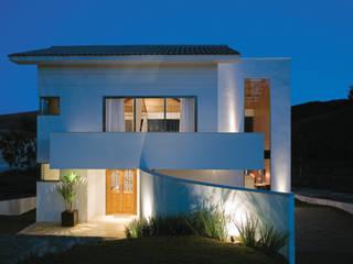 Case in stile in stile Moderno di Isabela Canaan Arquitetos e Associados