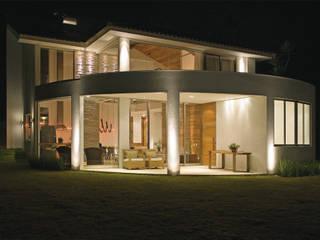 Case moderne di Isabela Canaan Arquitetos e Associados Moderno