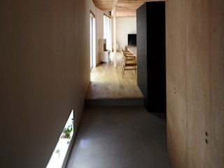 House in Setagaya シキナミカズヤ建築研究所 Modern Corridor, Hallway and Staircase