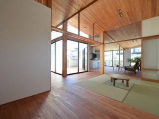 Salones de estilo  de 創右衛門一級建築士事務所, Moderno