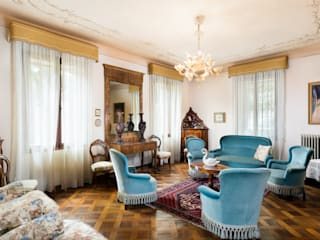 Antique House Interior Photography: Soggiorno in stile  di Matteo Crema Fotografo