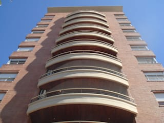 Modern balcony, veranda & terrace by Arquitecto Oscar Alvarez Modern