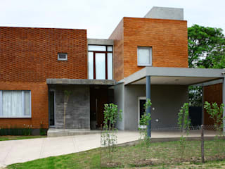 AGUIRRE+VAZQUEZ Modern home Bricks Red