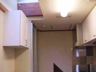 曲がった梁のある家 オリジナルデザインの キッチン の 吉村1級建築士事務所 オリジナル