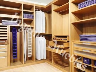 VESTIDORES: Vestidores y closets de estilo  por Ingenio muebles