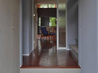 Pasillos, vestíbulos y escaleras modernos de Nobuyoshi Hayashi Moderno