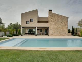 Fachada de piedra : Jardines de estilo  de Bornelo Interior Design