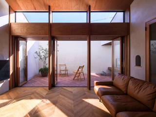 桑名の家: Nobuyoshi Hayashiが手掛けたテラス・ベランダです。