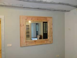 Espejo en tonos naturales:  de estilo  de MUEBLES DE LA GRANJA