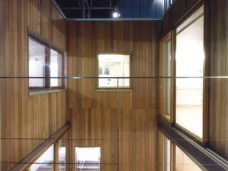 Balcones y terrazas de estilo moderno de ツチヤタケシ建築事務所 Moderno