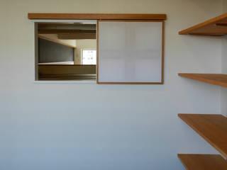 Puertas y ventanas de estilo moderno de ツチヤタケシ建築事務所 Moderno