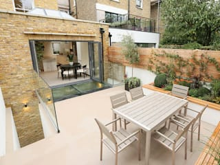 Walk on glass panel with frameless glass balustrade to the rear patio by Railing London Ltd Сучасний