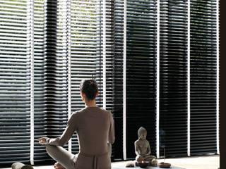 Persianas Hunter Douglas Pasillos, vestíbulos y escaleras minimalistas de Dekorier Interiores Minimalista