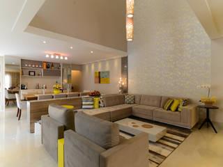 Residência Jardim Avelino: Salas de estar  por LAM Arquitetura | Interiores