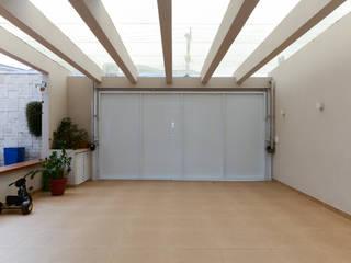 Puertas de garajes de estilo  por LAM Arquitetura | Interiores
