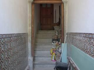 Obra minimalinea Pasillos, vestíbulos y escaleras de estilo moderno