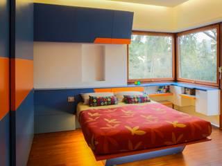 39-7 House: Camera da letto in stile  di officinaleonardo, Moderno