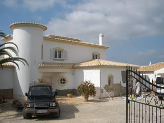 Facade Renovation—B RenoBuild Algarve Casas de estilo mediterráneo