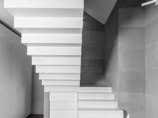 Minimalist corridor, hallway & stairs by Luxum Minimalist