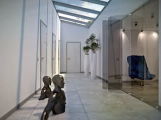 Minimalistischer Flur, Diele & Treppenhaus von Kakoyan Design Minimalistisch