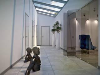 Ingresso, Corridoio & Scale in stile minimalista di Kakoyan Design Minimalista