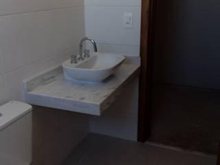 Rustic style bathroom by Vanda Carobrezzi - Design de Interiores Rustic