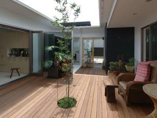 自然を感じる家で暮らす: スタジオ・ベルナが手掛けたテラス・ベランダです。,