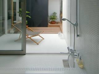Baños de estilo moderno por スタジオ・ベルナ