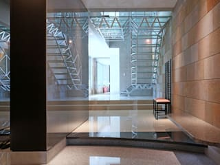Pasillos, vestíbulos y escaleras de estilo ecléctico de AMO設計事務所 Ecléctico
