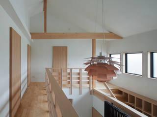 Couloir et hall d'entrée de style  par ろく設計室