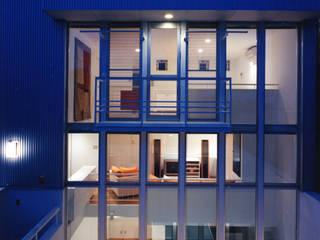 Casas de estilo moderno de スタジオ・ベルナ Moderno Metal