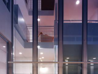 吹き抜けが家族を繋ぐ モダンデザインの テラス の スタジオ・ベルナ モダン